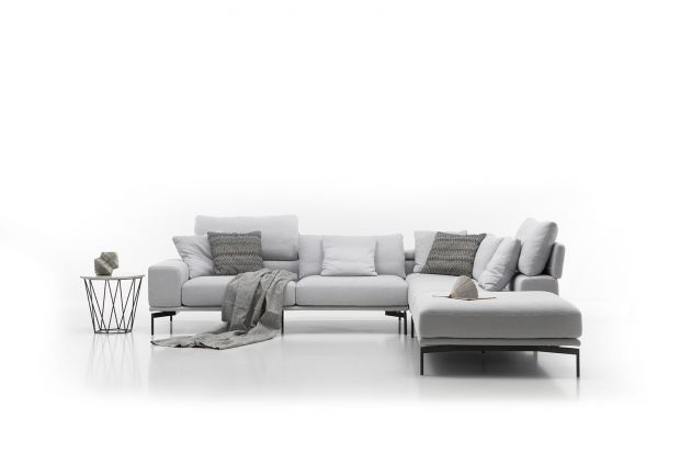 Sofa Topaz została wyposażona w szerokie podłokietniki oraz możliwość zmiany głębokości siedziska. Nowoczesny design nóżek nadaje jej lekkości, podkreślając tym samym oryginalność sofy. Produkt zgłoszony do konkursu Dobry Design 2018.