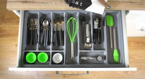 Łatwy dostęp, ergonomia i wygoda - systemy szuflad mają wiele zalet. Ale żeby korzystanie z nich było przyjemnością, musi w nich panować ład. A o ten w miejscach, w których przechowujemy wiele rzeczy niełatwo.