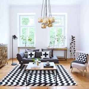 Czarno białe aranżacje są typowe dla skandynawskiego stylu. To doskonałe rozwiązanie dla osób lubiących jasne wnętrza z dużą ilością bieli. Fot. Westwing