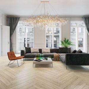 Styl skandynawski może być bardzo przytulny dzięki naturalnym materiałom. Drewniana podłoga w salonie to podstawa tego stylu. Fot. Ceramika Paradyż