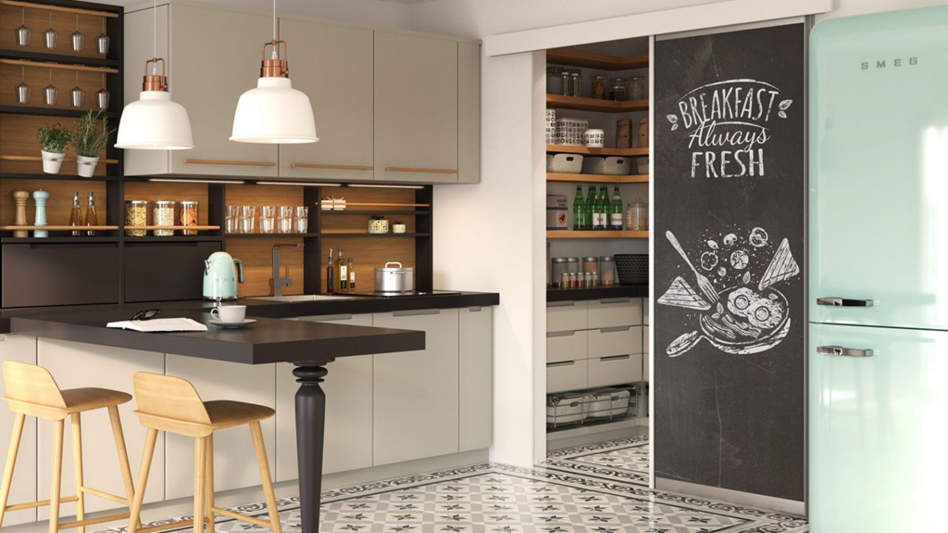 Spiżarnię można stworzyć w dużej kuchni, ale również i w małej. Fot. GTV