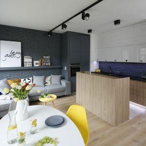 Kuchnia otwarta na salon. Projekt: Ola Kołodziej, Ula Szmyt. Fot. Bartosz Jarosz