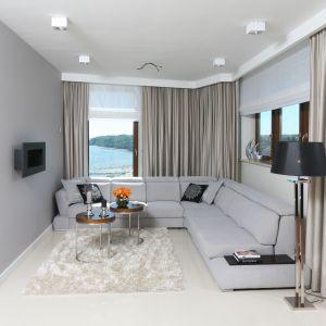 W niewielkim salonie biel i szarość to rozwiązanie idealne - optycznie powiększa wnętrze. Projekt: Anna Maria Sokołowska.  Fot. Bartosz Jarosz