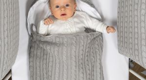 Ciekawekolekcje tekstyliów kierowanych do niemowlaków wyróżnia przytulne połączenie: klasycznej białej tkaniny i miękkiego kocyka o warkoczowym splocie.
