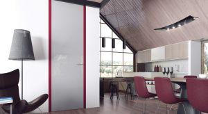 Wysokie skrzydła drzwiowe bez górnej belki prezentują się wyjątkowo okazale. Zlicowane ze ścianą, bez widocznej ościeżnicy i zawiasów, odpowiadają najnowszym trendom w designie. Produkt zgłoszony do konkursu Dobry Design 2018.