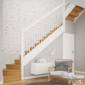 Schody Brick ze stopniami z litego dębu w kolorze natura oraz balustradą Tube 25 malowaną na biało. Fot. Rintal Polska
