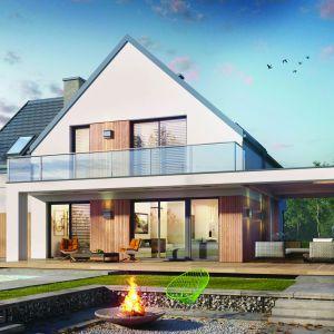 Uwagę zwraca bezokapowy dach, pokryty płaską dachówką, efektownie prezentują się portfenetry ze szklaną balustradą. Projekt: Dom w amorfach. Fot. Archon +