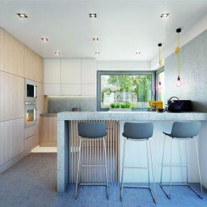 Funkcjonalna kuchnia posiada efektowny półwysep z barkiem śniadaniowym, wysoką zabudowę oraz narożne okno optymalnie doświetlające całą przestrzeń kuchenną.Projekt: Dom w amorfach. Fot. Archon +