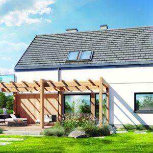 Oryginalnym detalem jest zaprojektowana wzdłuż bocznej elewacji drewniana pergola, która w strefie ogrodowej łączy się z balkonem. Projekt: Dom w amorfach. Fot. Archon +