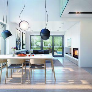 Szczególnie atrakcyjnie prezentuje się dwukondygnacyjna jadalnia, możemy w niej rozłożyć duży rodzinny stół i zorganizować przyjęcie w większym gronie. Projekt: Dom w amorfach. Fot. Archon +