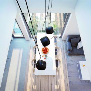 Dwukondygnacyjna jadalnia pozwoliła na zastosowanie bardzo efektownych elementów oświetlenia. Projekt: Dom w amorfach. Fot. Archon +