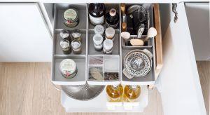 Kuchnia ma być przytulna i ładna, ale przede wszystkim funkcjonalna, praktyczna i wygodna. Aby tak było, warto wybrać naturalne materiały oraz rozwiązania ułatwiające sięganie po produkty z szafek i ich organizację.