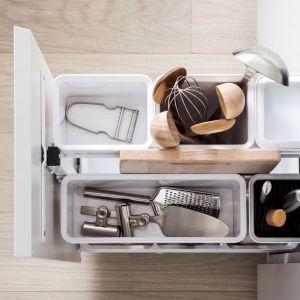 Wąskie szafki to doskonałe miejsce na wysokie i nieporęczne przedmioty. Fot. Peka