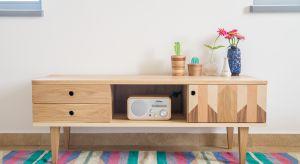 Komoda – stały element wszystkich domów i mieszkań, sypialniany niezbędnik, zawsze pomocna. Czy tak powszechny mebel może zaskakiwać?
