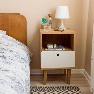 """Te nieduże meble, wykonane z litego drewna pomieszczą wszystko, co warto mieć """"pod ręką"""", na przykład telefon, niedokończoną książkę, ciepłe skarpety, okulary czy ładowarkę. Fot. Wood&Paper"""