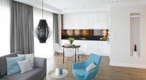 Jadalnia połączona z kuchnią staje się coraz bardziej popularnym rozwiązaniem w naszych domach i mieszkaniach. Przemawia za tym zmiana stylu życia, wysokie ceny zakupu nieruchomości czy wreszcie ergonomiczne meble, które są coraz lepiej dopasowan