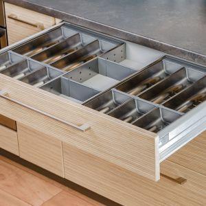 W zależności od przeznaczenia szuflady mają różną wysokość i szerokość, możemy też doposażyć je w specjalistyczne organizery, które pomogą w utrzymaniu porządku. Dzięki nim wszystko jest zawsze na swoim miejscu.  Fot. KAM