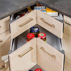 Szuflady to idealny sposób na zagospodarowanie mało funkcjonalnych powierzchni - jak narożniki. Sięganie do szafki usytuowanej w takim miejscu jest bardzo utrudnione, za to pełen wysuw szuflady gwarantuje wygodny dostęp do zawartości. Fot. KAM