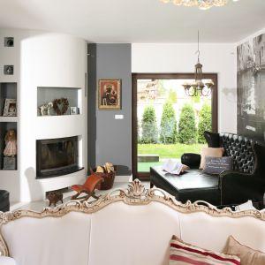 Piękny salon w stylu klasycznym. Projekt: Magdalena Konochowicz. Fot. Bartosz Jarosz