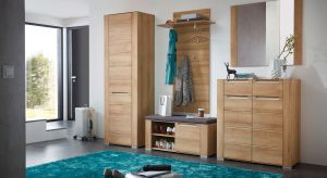 Nowa kolekcja meblibazuje na pięknej naturalnej barwie drewna. Meble z kolekcji zyskują nowoczesnego sznytu dzięki zintegrowanym z frontami uchwytom w kolorze srebra, które nie tylko zdobią, ale zapewniają też wygodny dostęp do wnętrza szafek i