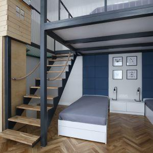 Architekci postanowiła wykorzystać naturalne walory pomieszczeń - w jednej z sypialni powstała antresola z dodatkowym miejscem do spania, a w przestrzeni dziennej odsłonięto czerwoną cegłę. Fot. GRID/Dekorian