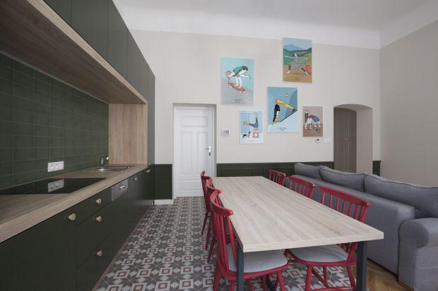 Krakowski apartament zaprojektowany przez pracownię GRID powstał z myślą o gościach, którzy podążają za wnętrzarskimi trendami i docenią jego kosmopolityczny, a jednocześnie lokalny styl.