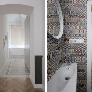 Na podłogach i ścianach łazienek położono efektowne wielokolorowe kafle (firmy Equipe) o geometrycznych wzorach, które przywodzą na myśl wiekowe posadzki, podobne do tych, które można spotkać w barcelońskich, secesyjnych budynkach. Fot. GRID/Dekorian