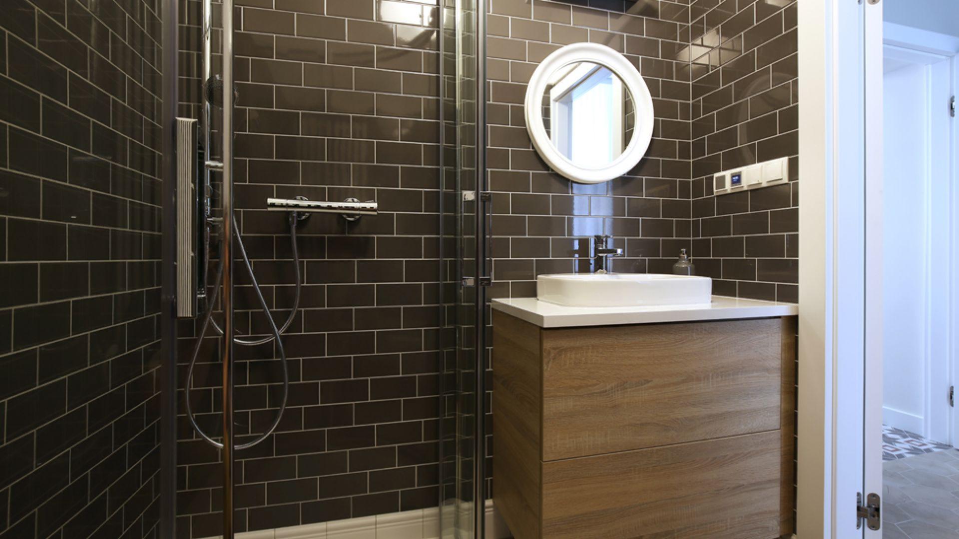 Łazienka z kafelkami w stylu vintage. Fot. GRID/Dekorian