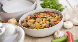 Garnki, patelnie i rondelki to główne elementy kuchennego warsztatu. Bez nich nie powstaną smaczne, spożywane każdego dnia potrawy oraz dekoracyjne dania na przyjęcia w gronie najbliższych.