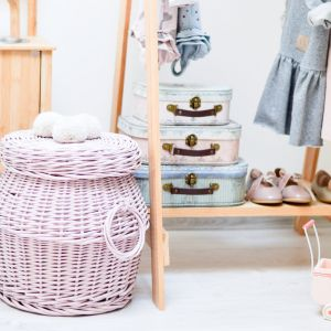 Przechowywanie w pokoju dziecka: wiklinowe kosze i kuferki. Fot. Lilushop