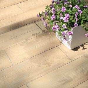 Deska betonowa Lira o w kolorze i fakturze drewna odwzorowuje piękno naturalnego surowca; dostępna w trzech formatach. Fot. Polbruk