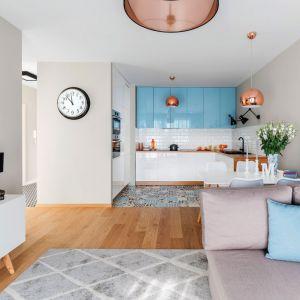 Kuchnia otwarta na salon. Projekt: Decoroom. Zdjęcia i stylizacja: Marta Behling / Pion Poziom