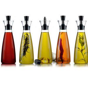 Karafka do oliwy lub octu Aromagic z dozownikiem zapobiegającym kapaniu. Fot. Eva Solo