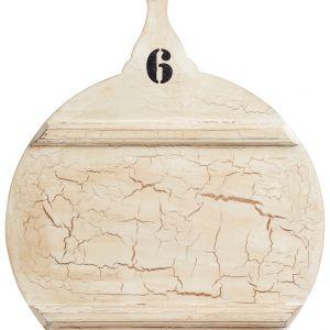 Okrągła deska do serwowania i krojenia MASTER CLASS ma wygląd starego, pobielanego i popękanego drewna. Fot. Kitchen Craft