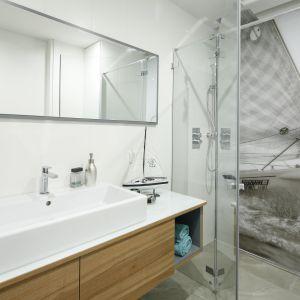 Strefę prysznica wyznacza wnęka zamknięta drzwiami. Projekt: Przemek Kuśmierek. Fot. Bartosz Jarosz