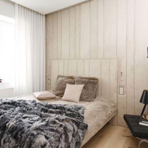 Ściana wykończona miękką tkaniną, taką samą, jaką wykończono łóżko. Projekt: Małgorzata Muc, Joanna Scott. Fot. Bartosz Jarosz