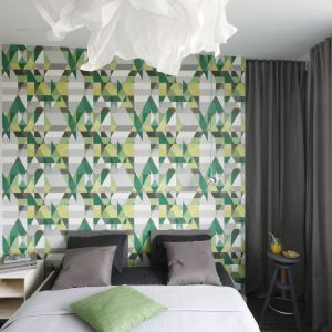 Sypialnia z dekoracyjną tapetą. Projekt: Katarzyna Moraczewska. Fot. Bartosz Jarosz