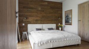 Istnieje wiele ciekawych sposobów na nieszablonową aranżację sypialni. Jednym z nich, jest dekoracja ściany za łóżkiem. Zobacz, jak to zrobić.