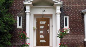 Drzwi do domu są bramą oddzielającą mieszkańców od świata zewnętrznego. Po ich zamknięciu wchodzimy w prywatną przestrzeń, umożliwiającą kontakt z najbliższymi oraz wypoczynek.