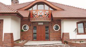 W architekturze często najbardziej lubimy materiały, które już znamy. Potwierdzeniem tych słów jest niesłabnąca popularność cegły, zwłaszcza tej utrzymanej w klasycznym kolorze – odcieniach czerwieni i pomarańczy.