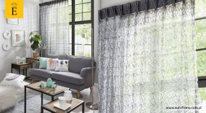 Zadbane okno to wizytówka każdego mieszkania. Nieodłącznym elementem takiego okna jest piękna i pachnąca firanka. Pranie firan nie należy do ulubionych zajęć większości kobiet. Czy wiesz, że istnieje wiele materiałów, których nie trzeba pra