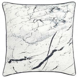 Poduszka z eleganckim wzorem imitującym marmur. Fot. Marksandspencer