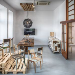 Na wystawie Nieśpieszne arcydzieło gościły m.in. krzesła Oak Chair in Scrapwood, stół oraz komoda Waste autorstwa Pieta Hein Ekka. Fot. Kooku
