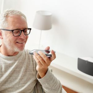 Aplikacja Lili to wirtualna asystentka umożliwiająca głosowe sterowanie urządzeniami w domu wyposażonym w system Fibaro. Fot. Fibaro