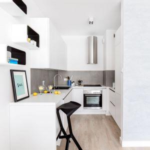 Nowoczesne mieszkanie w jasnych kolorach. Projekt: Decoroom. Fot. Marta Behling / Pion Poziom