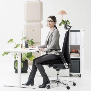 Nowoczesny fotel Capella umożliwia wykonywanie niewielkich ruchów siedziska przy zachowani stabilnej pozycji fotela. Fot. Kinnarps