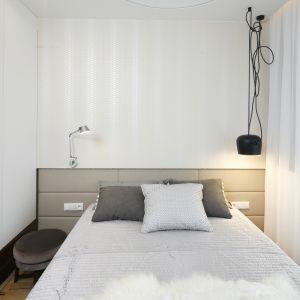 Sypialnia urządzona w nowoczesnym stylu. Projekt: Agnieszka Hajdas-Obajtek. Fot. Bartosz Jarosz