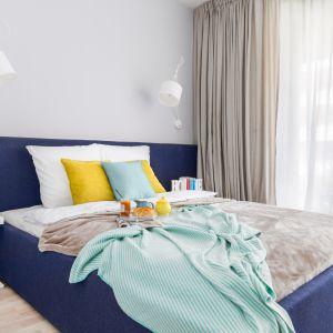 Sypialnia urządzona w nowoczesnym stylu. Projekt: Decoroom. Fot. Marta Behling / Pion Poziom