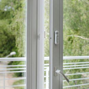 Czujnik do drzwi i okien mydlink Home wysyła informację o ich otwarciu na smartfona i tablet. Fot.  Dlink