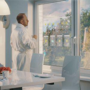 Koncepcja SmartWindow by Drutex to inteligentne okno, które oferuje możliwość oglądania telewizji, korzystania z Internetu i pracy na panelu bezdotykowym. Fot. Drutex